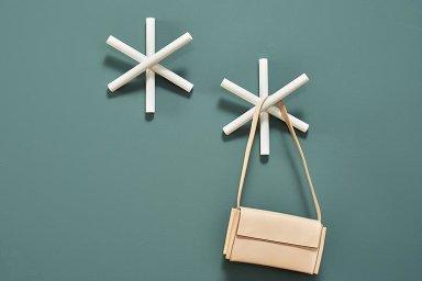 Věšáky ve tvaru hvězdy vznikají podle návrhu Hanny Litwinové a Romina Heideho z německého designérského studia Büro Famos.