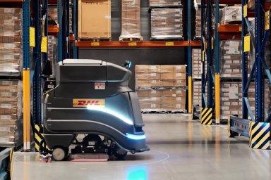 Robot Neo při práci ve skladu DHL.