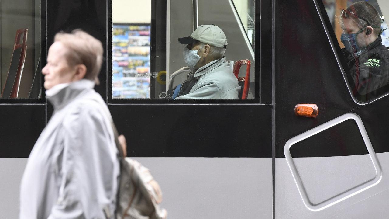 Lidé v Česku už nemusí venku nosit při dodržení odstupů roušky, zůstává ale povinnost nosit ochranu dýchacích cest při použití veřejné dopravy, v obchodech, úřadech nebo nemocnicích.