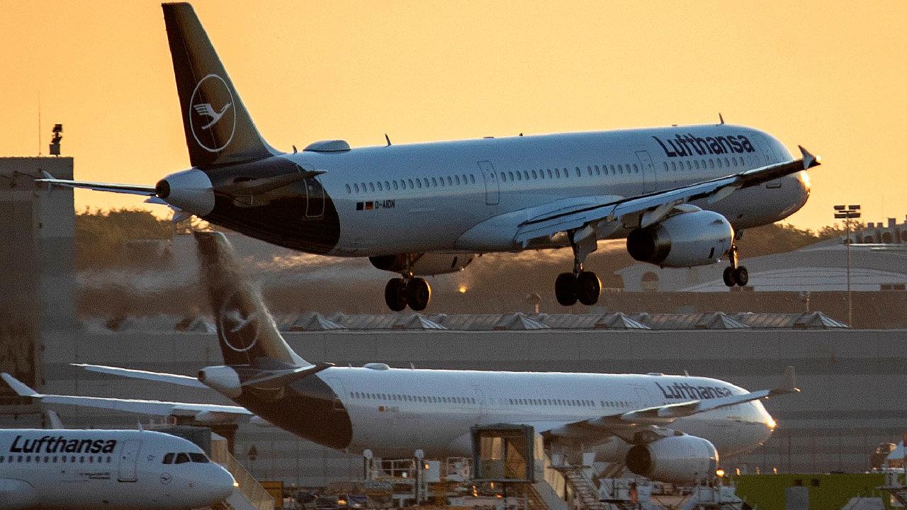 Akcionáři Lufthansy schválili záchranný plán a její letadla se postupně vracejí do vzduchu – na snímku vzlétá Airbus A321-231. Je ale zřejmé, že o práci ve firmě přijdou tisíce lidí.