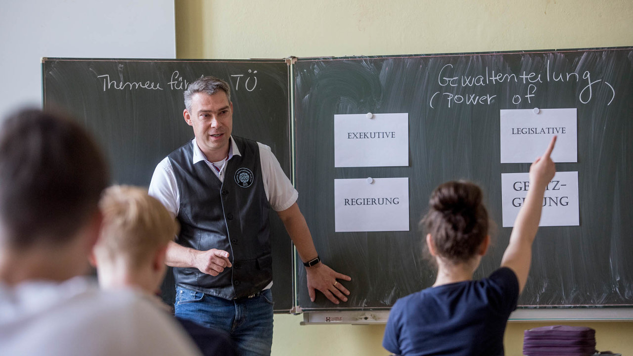 Kantor Pavel Doležal učí nasaské škole společenské vědy.