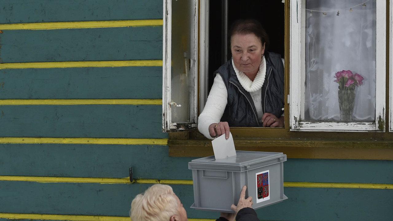 Volby natři způsoby. Ministerstvo vnitra připravilo tři způsoby, jak budou moct volit lidé vkaranténě.