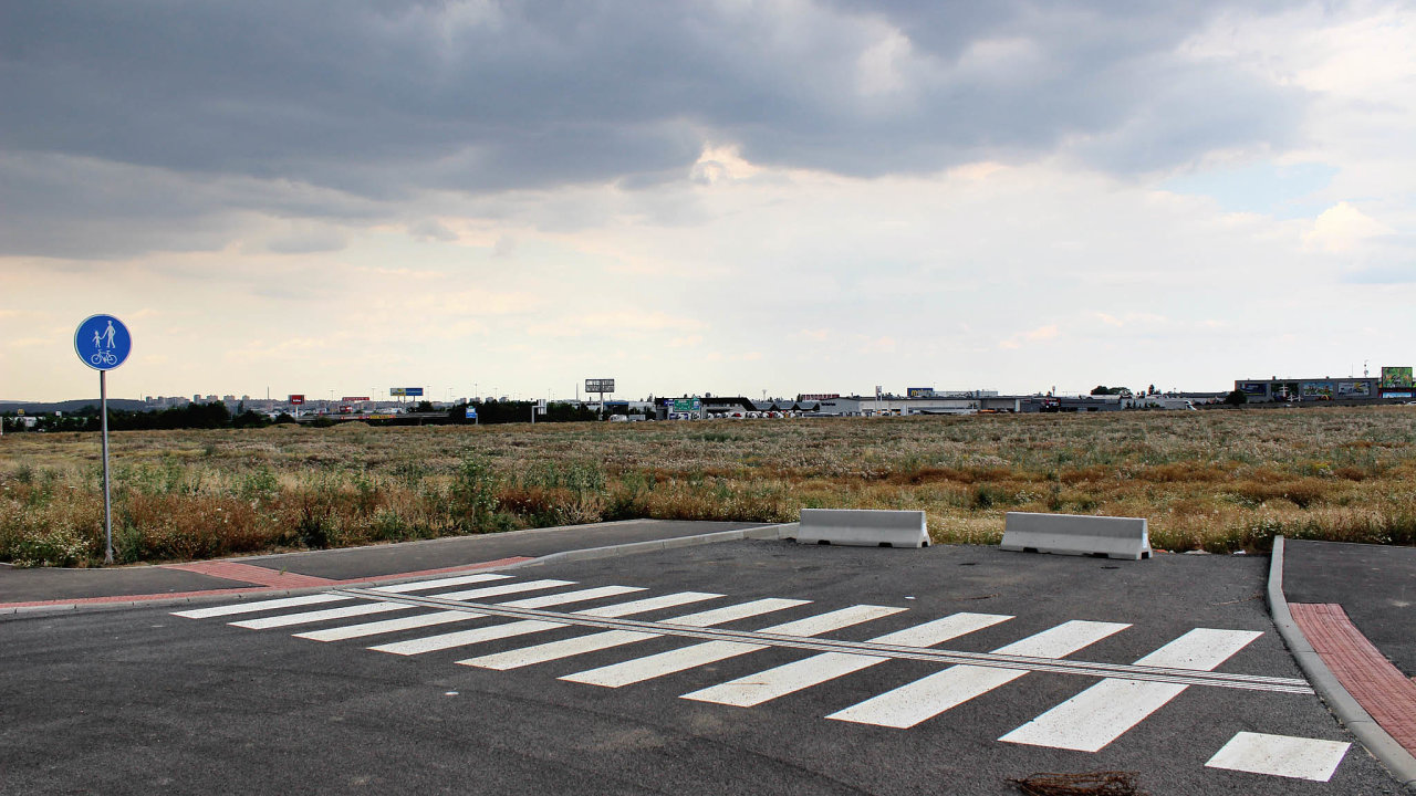 Dokončena nebyla například poslední etapa komerční zóny Čestlice-Průhonice. Vybudované silnice tam končí v polích. Nejvyšší správní soud rozhodl, že další obchodní domy tam nejsou ve veřejném zájmu.