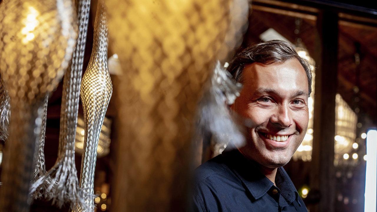 Krása skla. Autor arealizátor nápadu prorazit vesvětě sluxusním sklem Leon Jakimič mezi produkty své firmy.