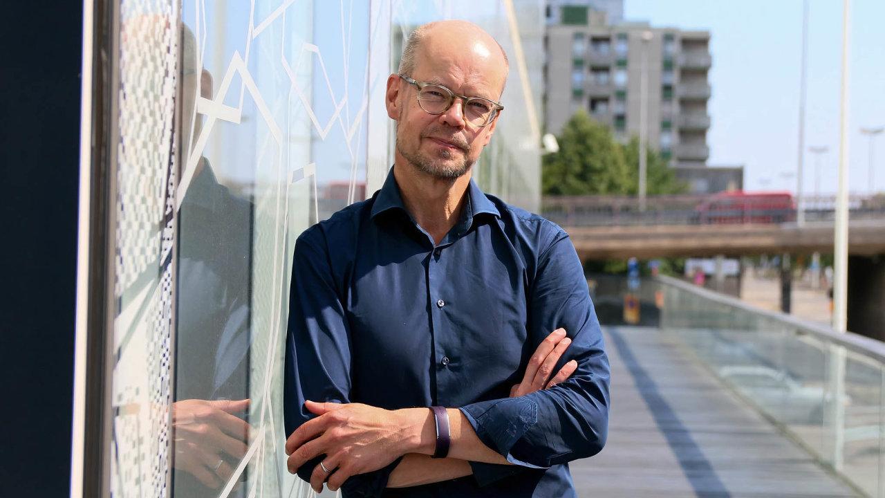 Děti potřebují být spolu, to distanční výuka nezajistí, říká bývalý finský ministr školství Olli-Pekka Heinonen (56)