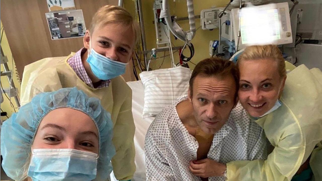 V kruhu rodinném. Navalného přijala v kritickém stavu kléčení berlínská nemocnice. Podařilo se ho ale zachránit.