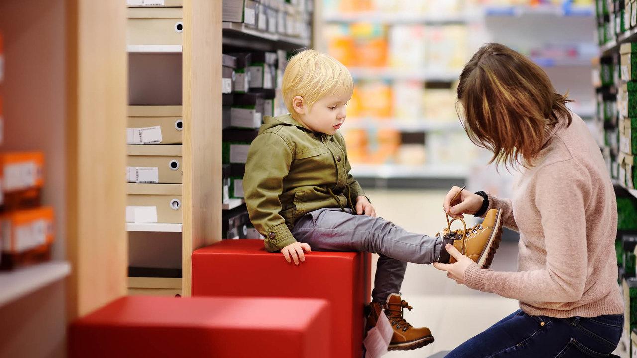 Od úterý jsou z rozhodnutí vlády otevřená papírnictví a prodejny s dětským oblečením a obuví.