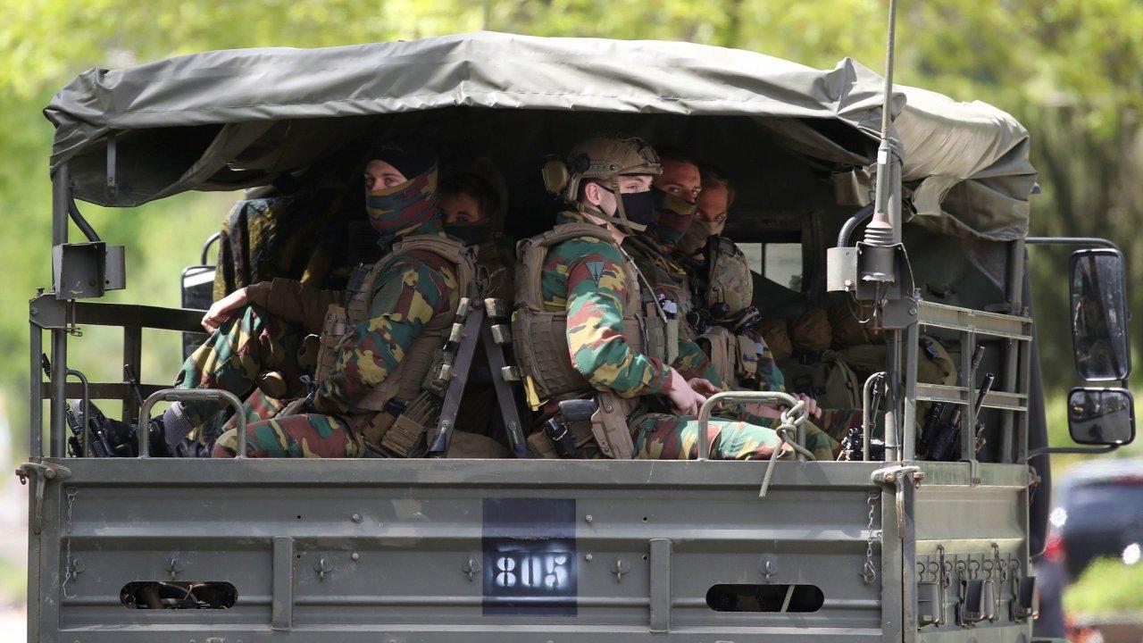 Desítky belgických policistů a vojáků již druhý týden bezúspěšně pátrají po příslušníkovi elitních jednotek Jürgenu Coningsovi. Ten vyhlásil válku každému, kdo ničí Belgii opatřeními proti pandemii.