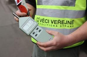 hlídky Věci veřejných měřily i hluk v ulicích Prahy