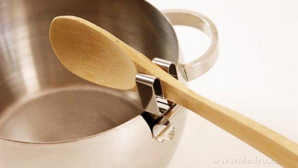Drobnost, která vyřeší odvěkou otázku všech kuchařů: Kam s ní?
