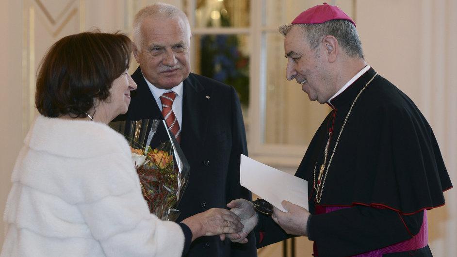 Prezident Václav Klaus s manželkou Livií (vlevo) se 21. února na Pražském hradě setkal se členy diplomatického sboru. Vpravo je apoštolský nuncius v České republice Giuseppe Leanza.