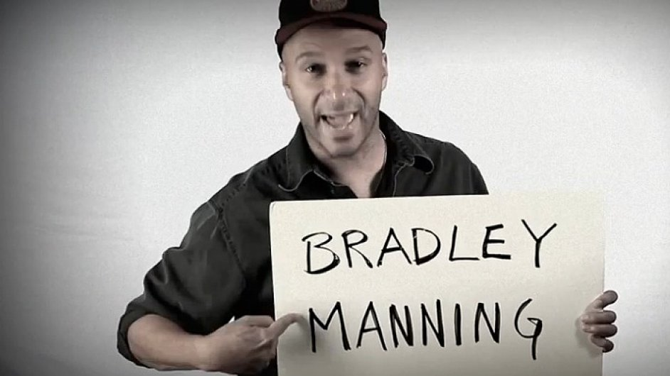 Kytarista Tom Morello podporuje vojína Bradleyho Manninga