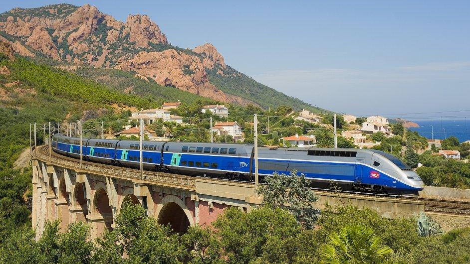 TGV projíždí na jihu Francie kolem pobřeží Středozemního moře.