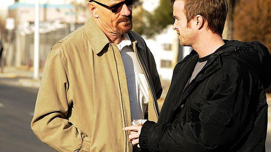 Bryan Cranston a Aaron Paul jako netradiční partneři-vařiči v Breaking Bad