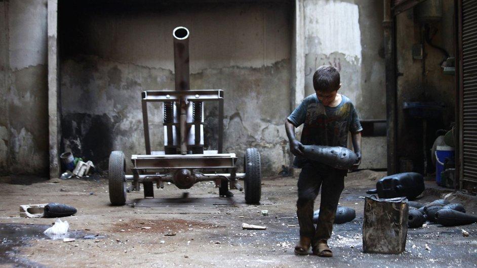 Desetiletý syrský chlapec pracuje v muniční továrně