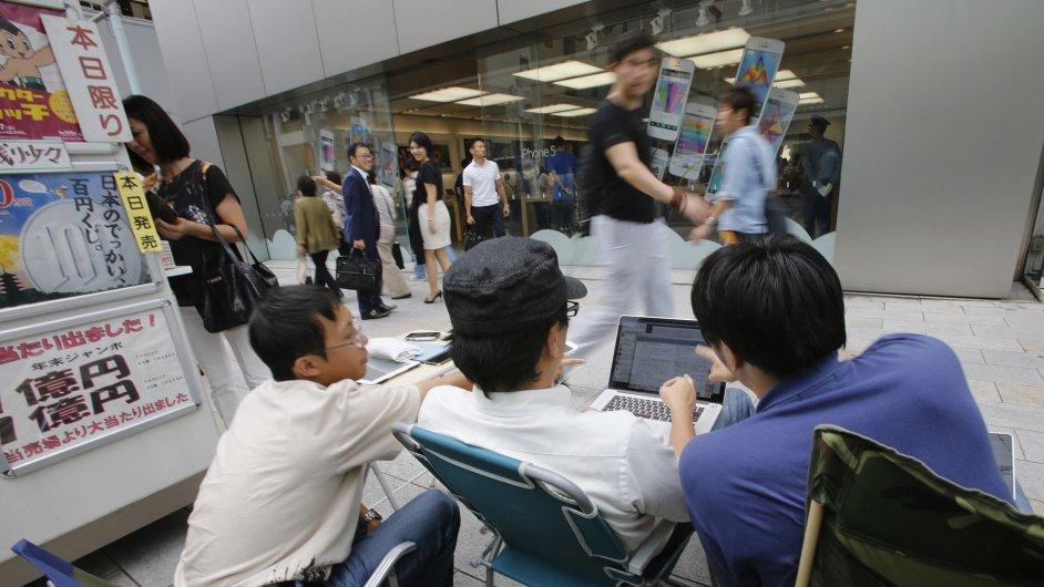 Japonci čekají před tokijským obchodem Apple na prodej nového modelu iPhonu