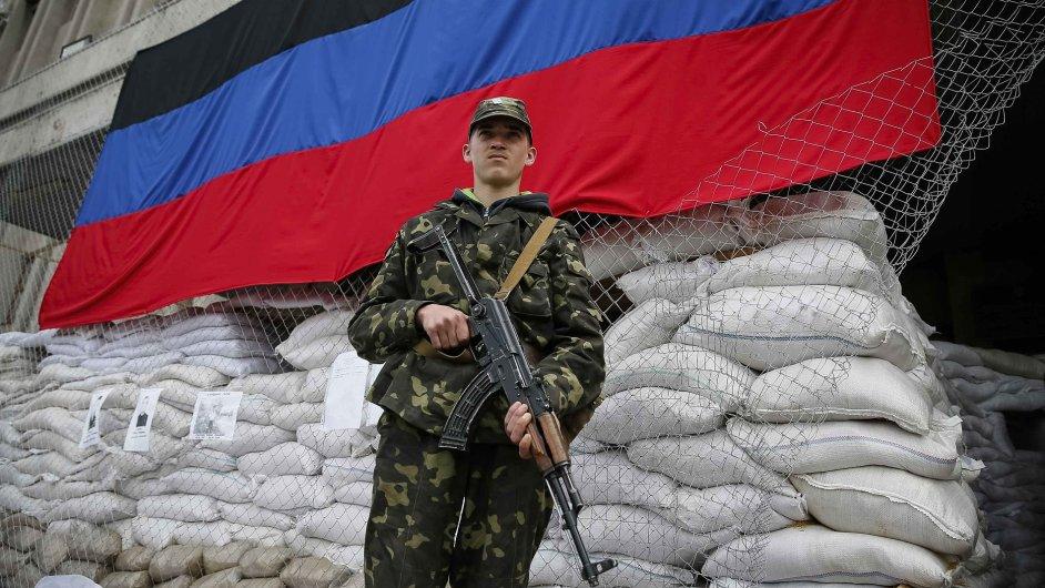 Proruský ozbrojenec před radnicí ve východoukrajinském Slavjansku