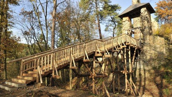 Ke z��cenin� Zlenice, zn�m� z Ladov�ch obr�zk�, vede nov� d�ev�n� most