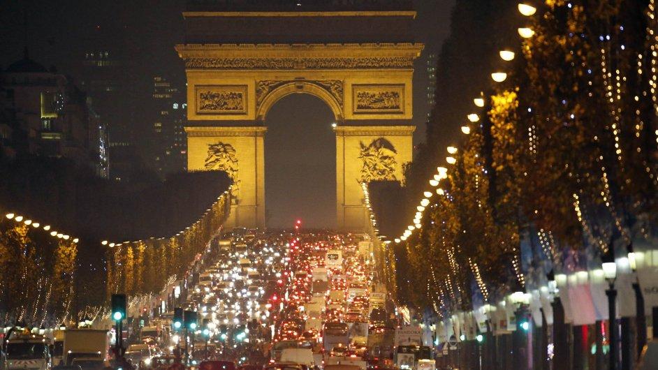 Vánoční osvětlení se letos v Paříži rozsvítilo dříve než obvykle.