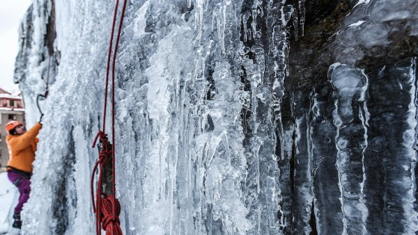 St�na z ledu uprost�ed Liberce v�b� k lezen� za��te�n�ky i profesion�ly