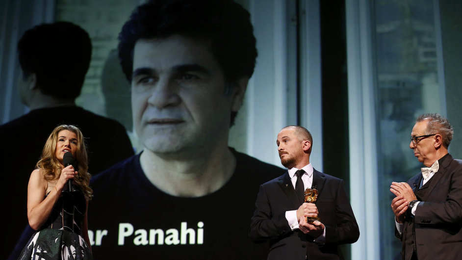 Režisér vítězného filmu Džafar Panahí (na pozadí) se sobotního předávání nemohl zúčastnit.