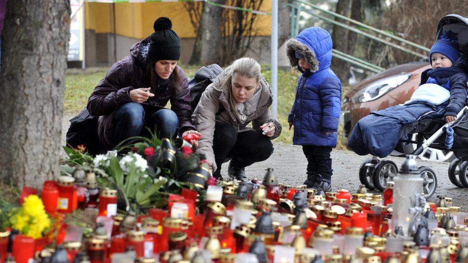 Lidé vybírají peníze pro pozůstalé v Uherském Brodě, ilustrační foto.