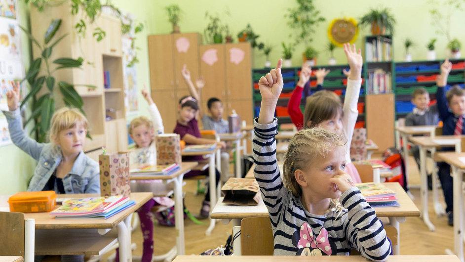 Před pár lety řešili rodiče problém, kam umístit své dítě do školky. Teď se tento problém přesunul do základních škol. Je příliš mnoho prvňáků.