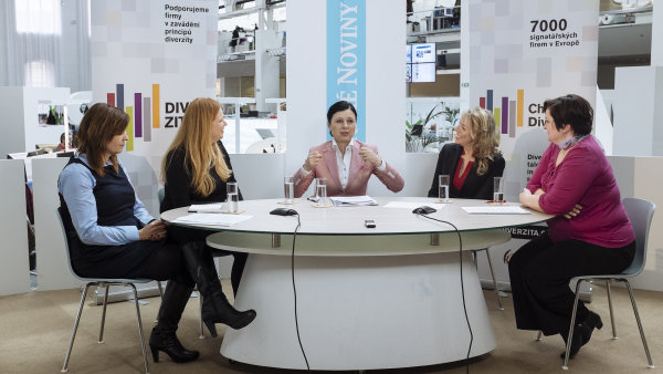 S Věrou Jourovou (uprostřed) diskutovaly (zleva) Pavlína Kalousová z Byznysu pro společnost, Martina Březinová ze Sodexo Benefity a Monika Šimánková z Hestega.