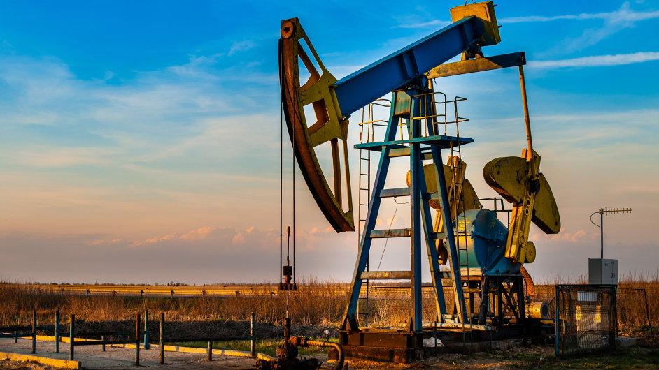 Ceny ropy dál klesají (ilustrační foto).