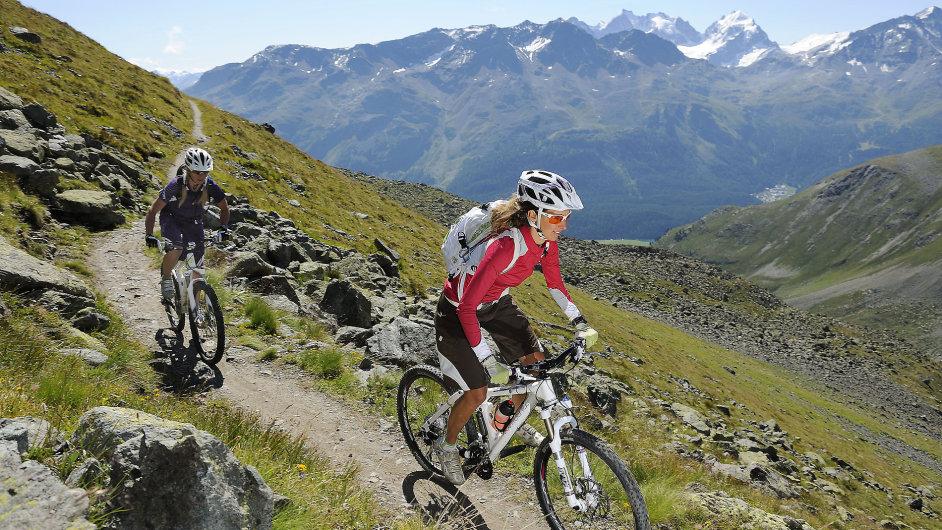 Cyklisté na stezce vúdolí Suvretta pod vrcholem Piz Nair