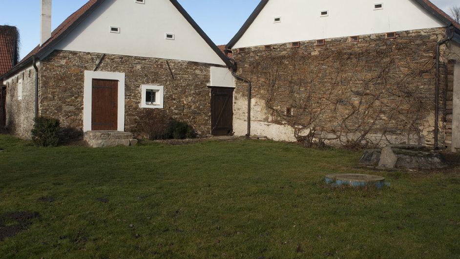 Pohled na zadní trakt domů z rozsáhlé zahrady. Stodola je objekt vpravo.