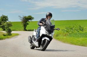 Test skútru Honda Forza 125: Naučí vás jezdit venku i po městě