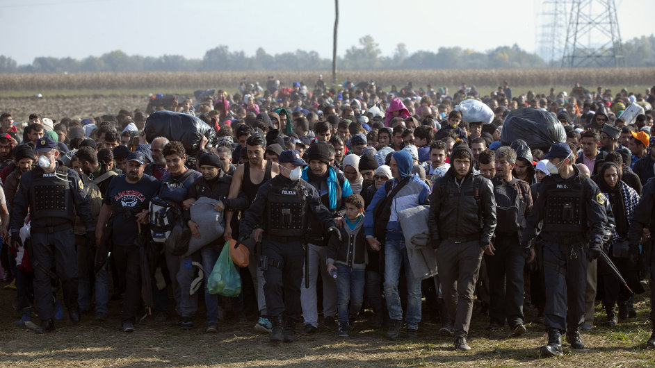 Migranti na cestě z Chorvatska do Slovinska.