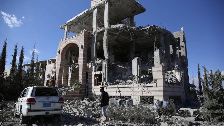 Muž obhlíží svůj dům po pátečním saúdském náletu.