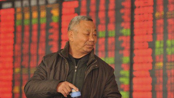 Čínské akcie zahájily nový týden pětiprocentním propadem.