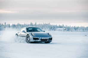 Jak jezdit na ledu bokem? Vyzkoušeli jsme školu Porsche za polárním kruhem