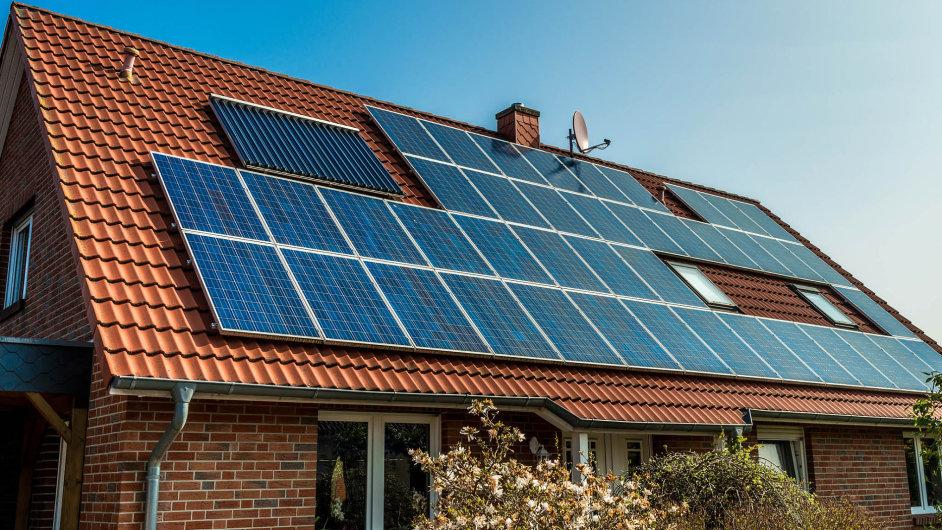 Solární panely se mají v Česku stále častěji objevovat na střechách domů.