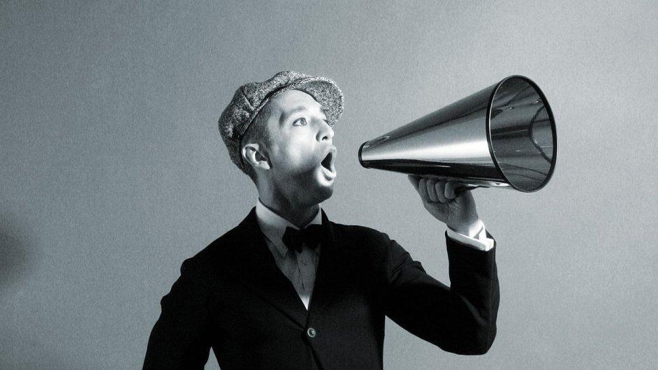 Theo Bleckmann i tu nejnáročnější hudbu prodává se samozřejmostí jednoduché písničky.