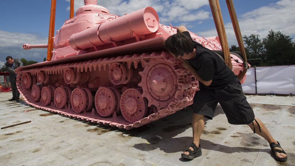 David Černý na snímku u růžového tanku v roce 2011, kdy se slavilo dvacet let Česka bez sovětské okupace.