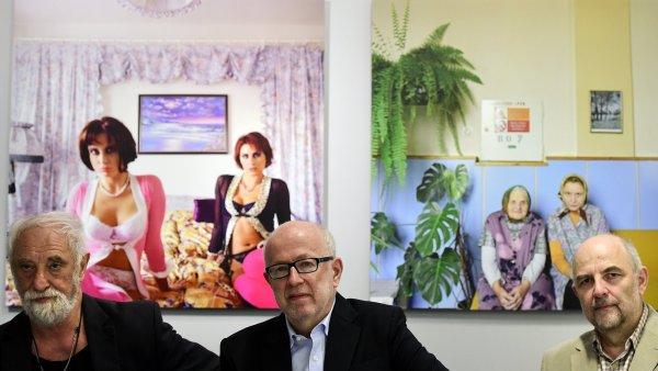 Na snímku zleva jsou fotograf Jindřich Štreit a kurátoři výstavy Vladimír Birgus a Josef Moucha.