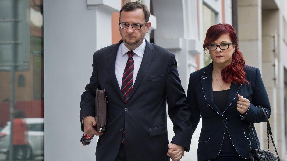 Jana Nagyová přichází k soudu se svým manželem Petrem Nečasem.
