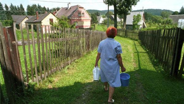 žena s vodou v ruce