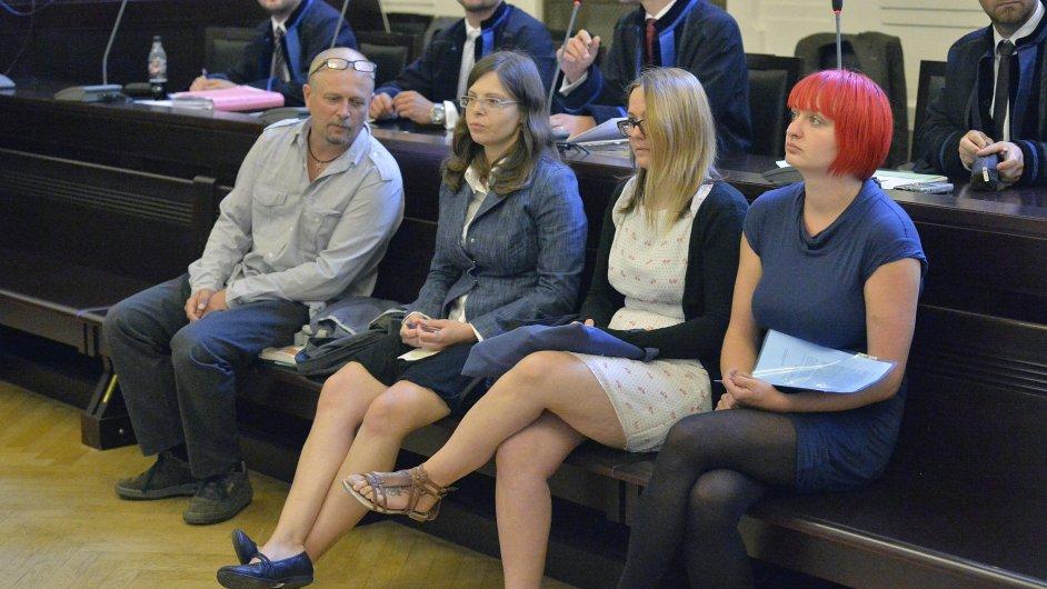 Obžalovaní (zleva) Petr Sova, Radka Pavlovská, Alexandra Ščambová a Katarína Zezulová u pražského městského soudu, který začal 2. srpna projednávat kauzu přípravy teroristického útoku na vlak.
