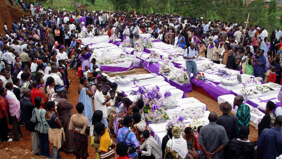 Rwanďané vzdávají úctu obětem genocidy z roku 1994.