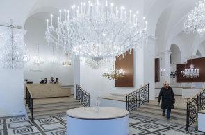 Místo pobočky banky otevírá velkolepá prodejna Preciosy. Slibuje to nejlepší z českých lustrů a skla