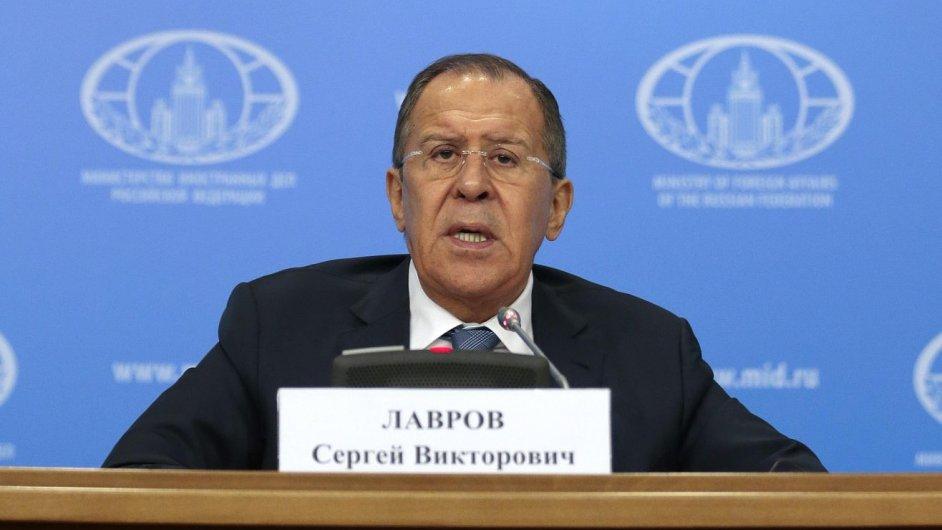 Ruský ministr zahraničí Sergej Lavrov mluvil na lednové tiskové konferenci o přizvání Spojených států k hovorům o situaci v Sýrii.