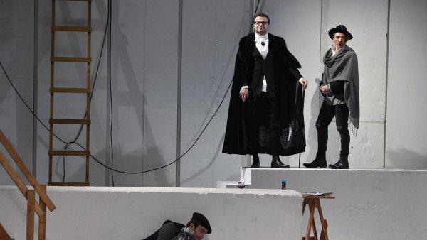 Na snímku ze zkoušky inscenace Kámen a bolest jsou zleva Roman Blumaier jako Scarlatti, Martin Sláma v roli Lorenza a Tomáš Kobr jako Machiavelli.