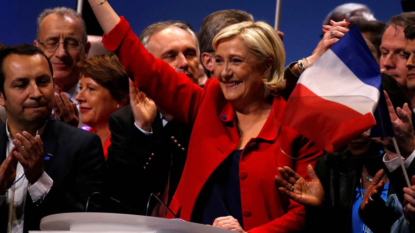 """""""Madame Frexit"""":Marine LePenová, šéfka francouzské Národní fronty, zdraví svoje příznivce při březnovém předvolebním setkání vLille."""