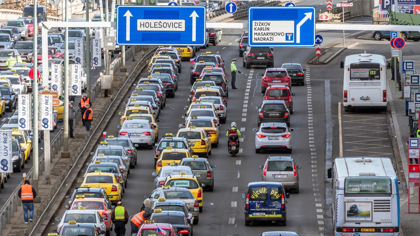 Na dvě stovky taxikářů letos v únoru zablokovaly pražskou magistrálu.