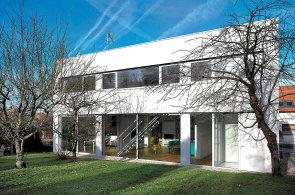 Víkendhaus: Rodinný dům působí zvenčí minimalisticky, uvnitř je ale promyšleně funkční